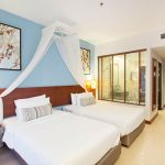Picture of modern hotel room with twin beds and modern bathroom
