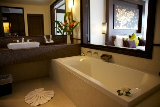 photo of full-size bath in hotel bathroom