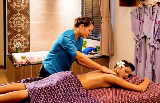 picture of customer and masseuse at health spa